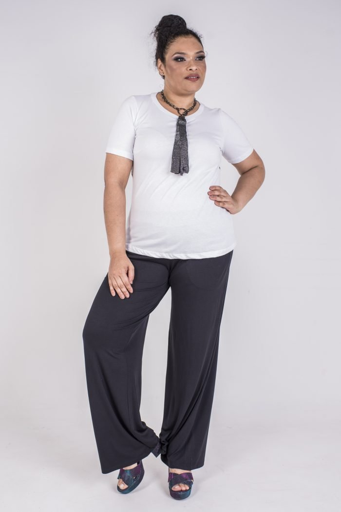 BLUSA PLUS SIZE COM DECOTE REDONDO, PENCES NO BUSTO E ESTAMPA NAS COSTAS